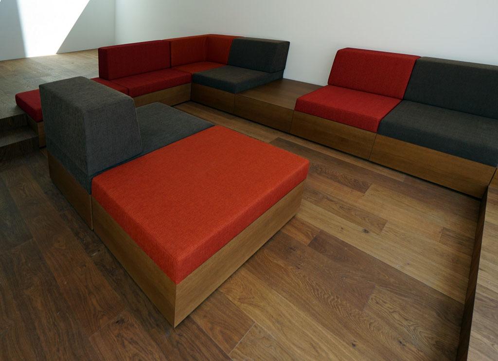 Sitzgruppe, Eiche furniert, passend zum Boden gebeizt