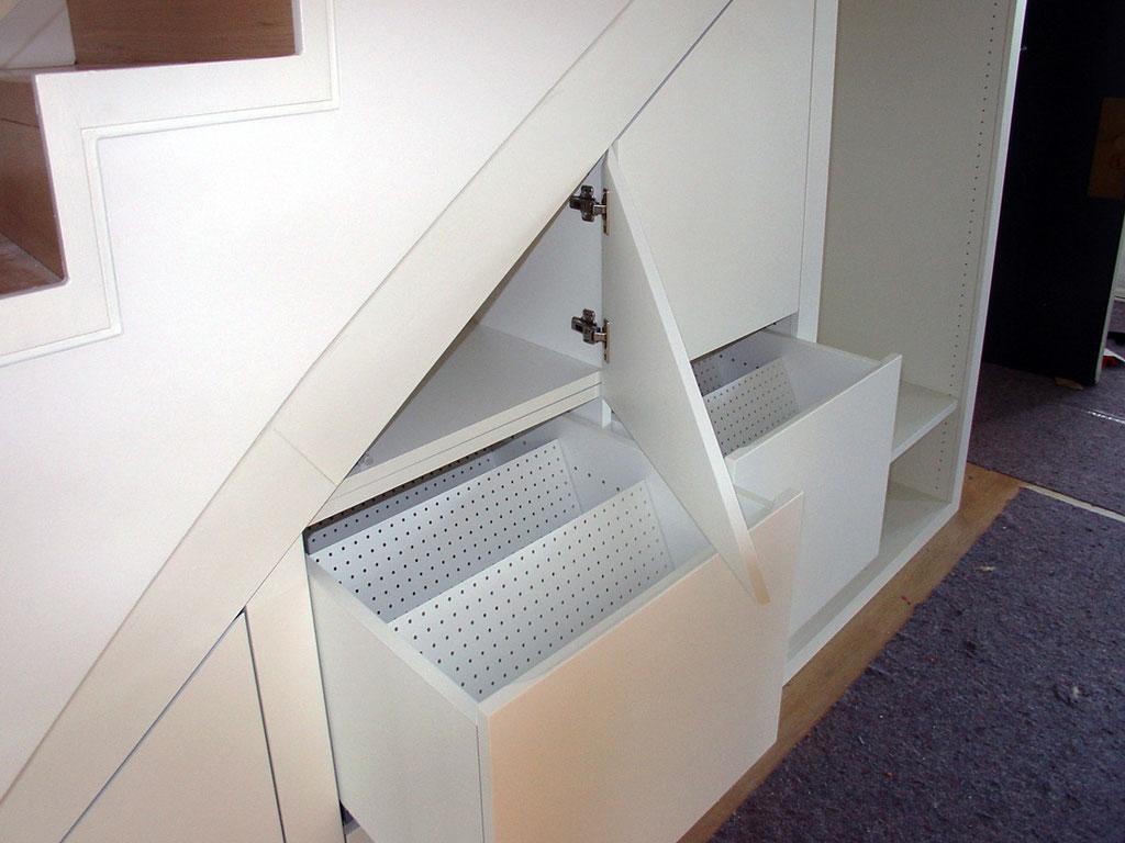 Treppenschrank, Detail Auszüge, lackiert