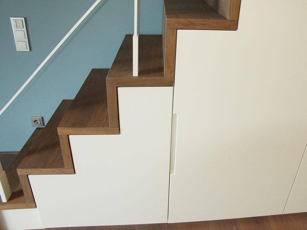 Treppenschrank, Detail Griffmulde, lackiert