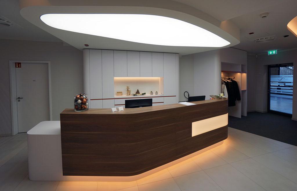 Theke mit Lichtdecke, Nussbaum Dekor, LED-Beleuchtung