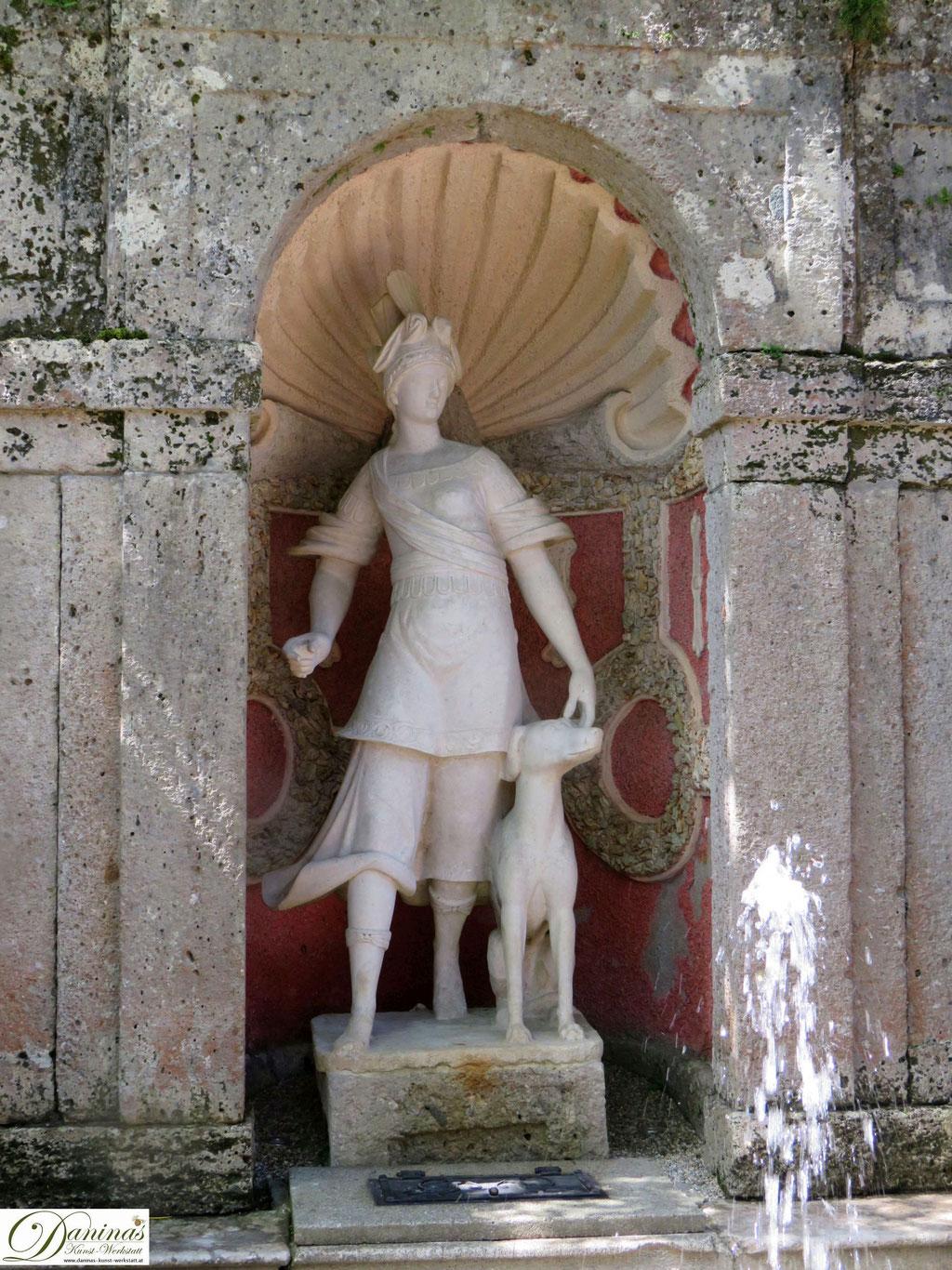 Brunnen der Göttin Diana, begleitet von einem Jagdhund - Hellbrunner Wasserspiele in Salzburg