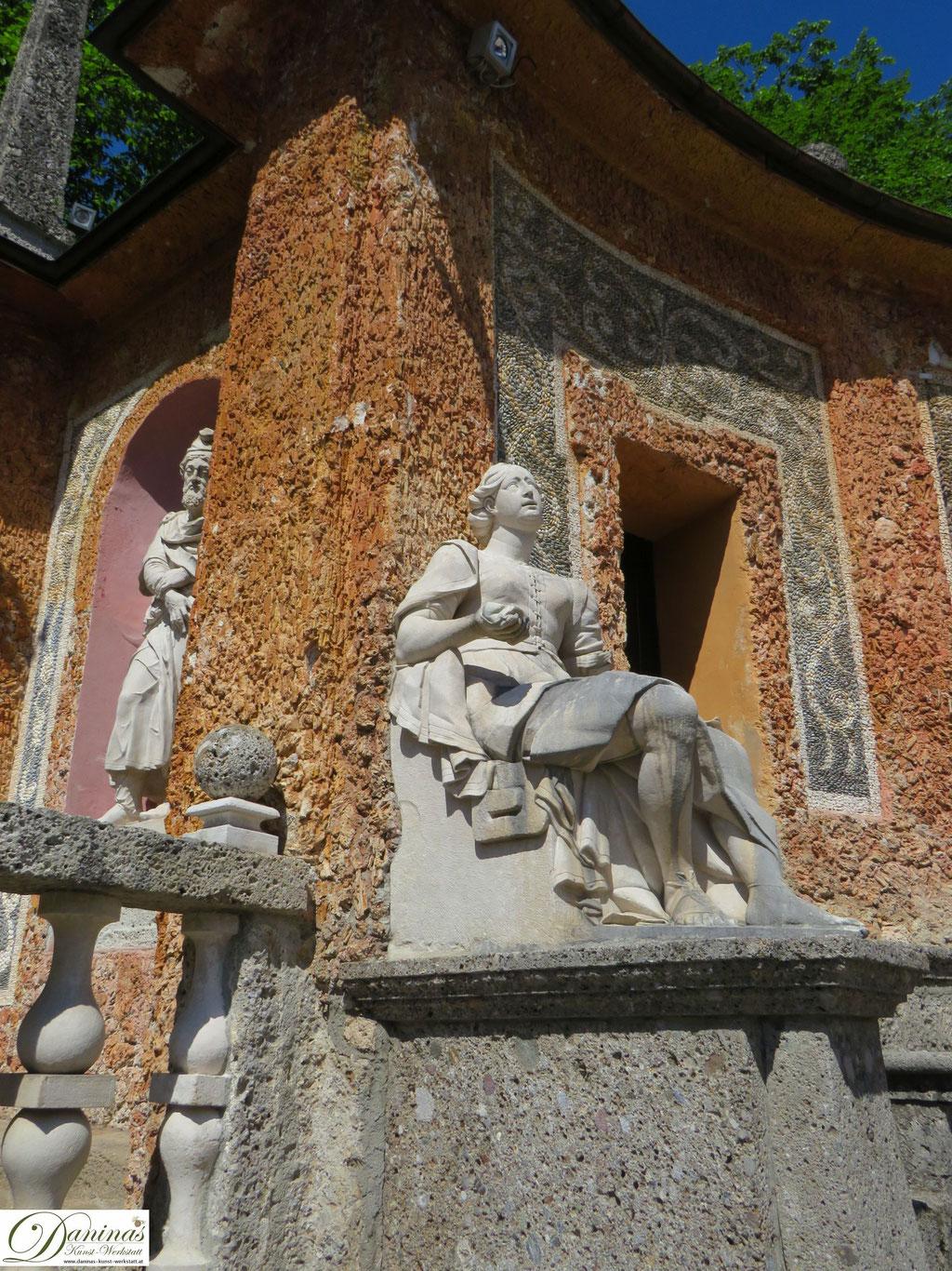 Theatrum Wasserspiele Hellbrunn. Figur trauernde Frau des gefangenen Germanenfürsts