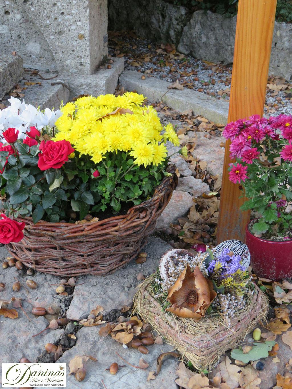 Mustergräber Herbst - mit Blumenschalen und Allerheiligengesteck