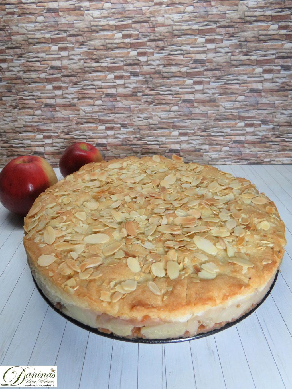 Gedeckter Apfelkuchen mit Mürbeteig und Mandeln