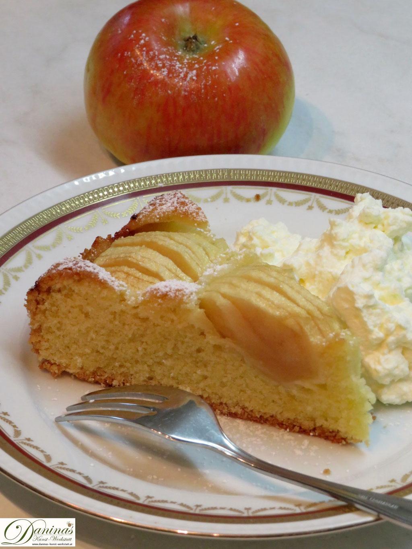 Ein Stück feiner Apfelkuchen mit Schlag