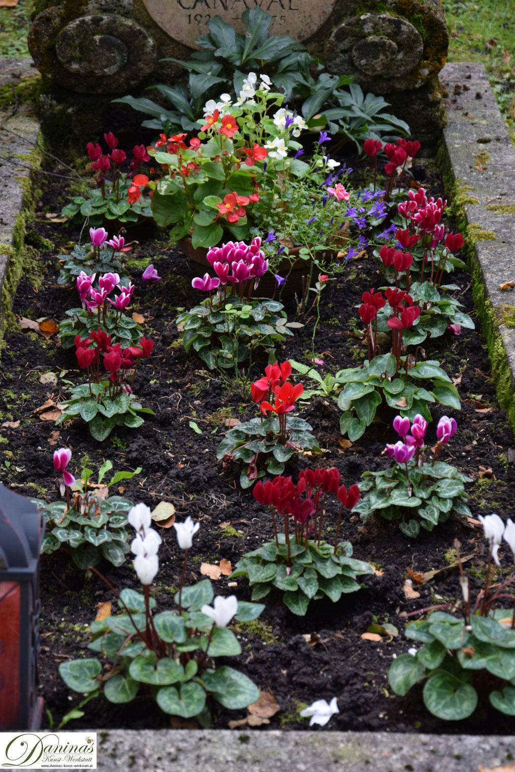 Grabgestaltung und schöne Grabbepflanzung im Herbst. Beispiele und Ideen zum Selbermachen.