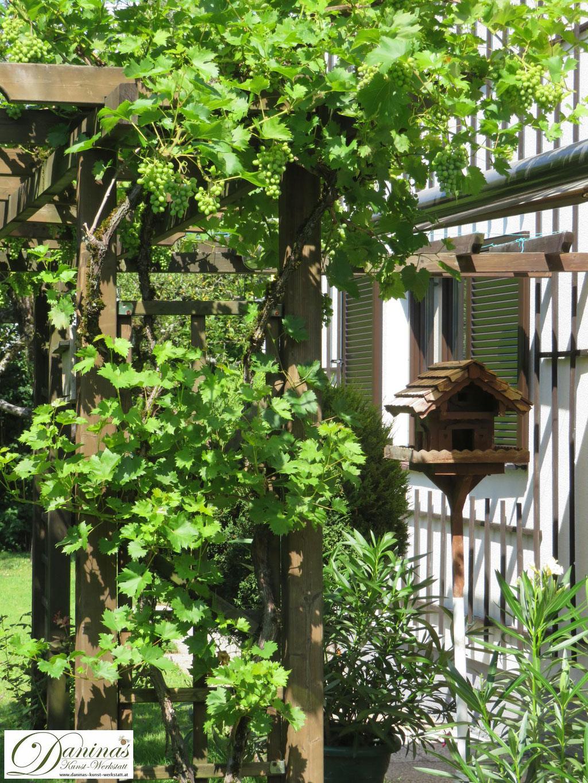 Natürliche Materialen wie Holz gehören in den naturnahen Garten