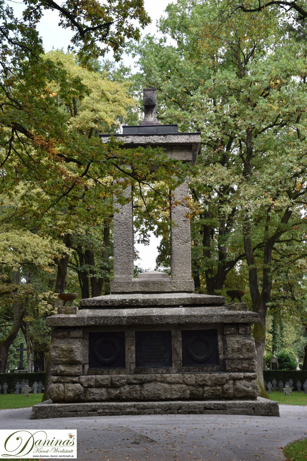 Von kulturhistorischer Bedeutung: Das große Heldendenkmal am Salzburger Kommunalfriedhof.