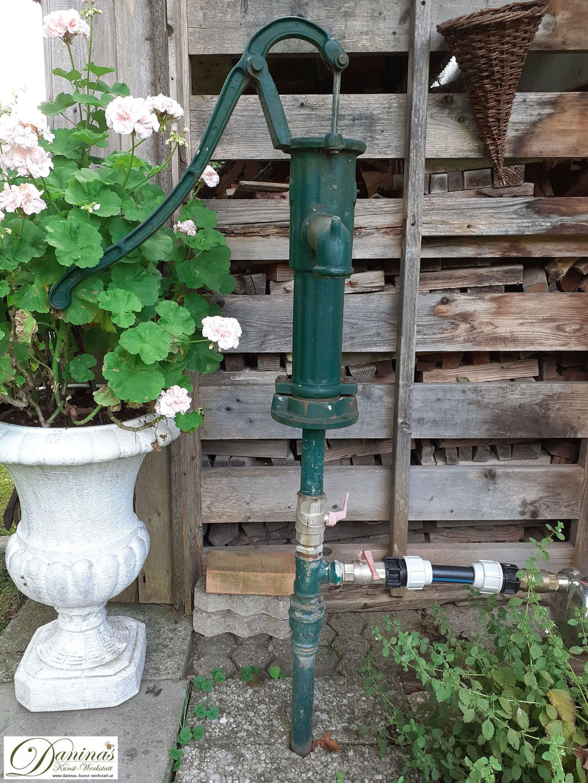 Mit einem Brunnen im Naturgarten kann Wasser gespart werden und mit Grundwasser bewässert werden