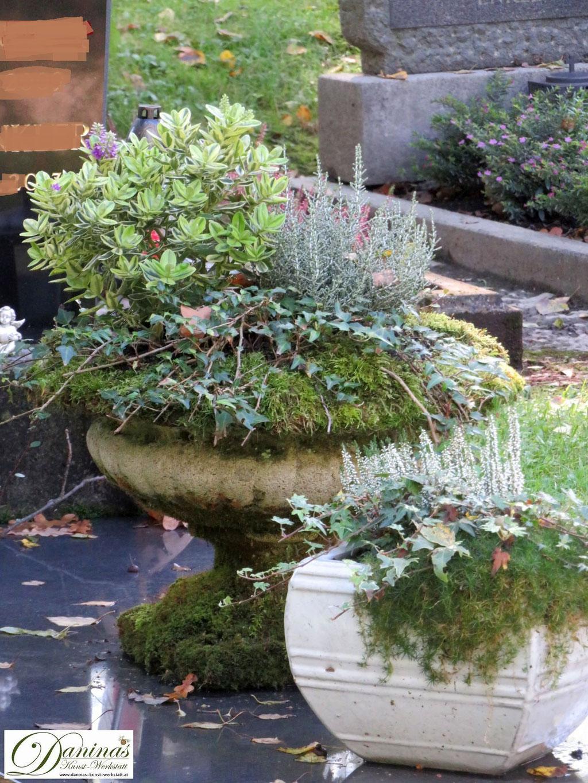 Mustergräber Herbst - mit Steinschalen, Moos, Efeu und weißem Heidekraut