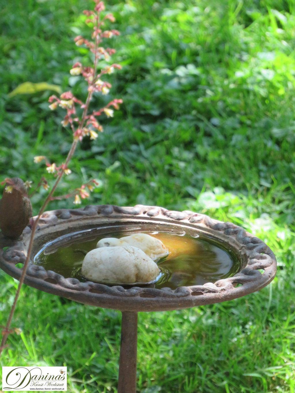 Hilfe für durstige Vögel und Insekten an heißen Tagen: Vogeltränke bereitstellen.
