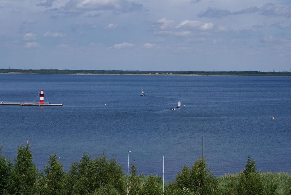 Blick auf den See mit Leuchtturm