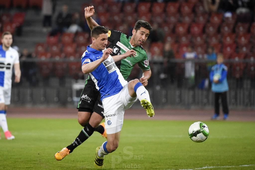 Milan Vilotic (GC) gegen Karim Haggui (St. Gallen) sast-photos