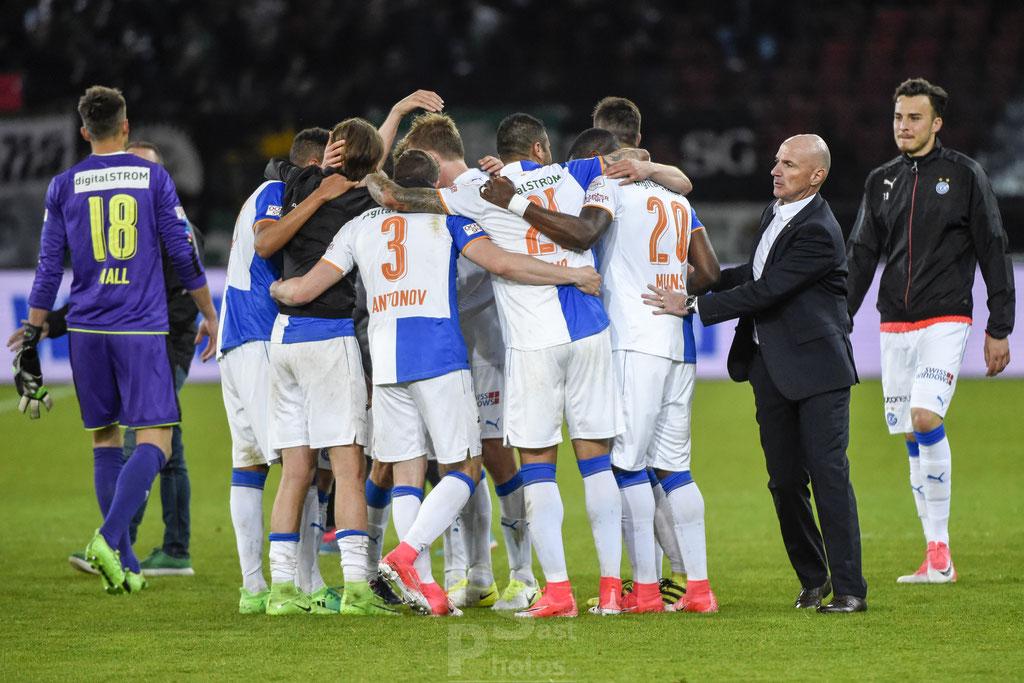 GC-Spieler jubeln nach dem Spiel mit Trainer Carlos Bernegger (GC) sast-photos