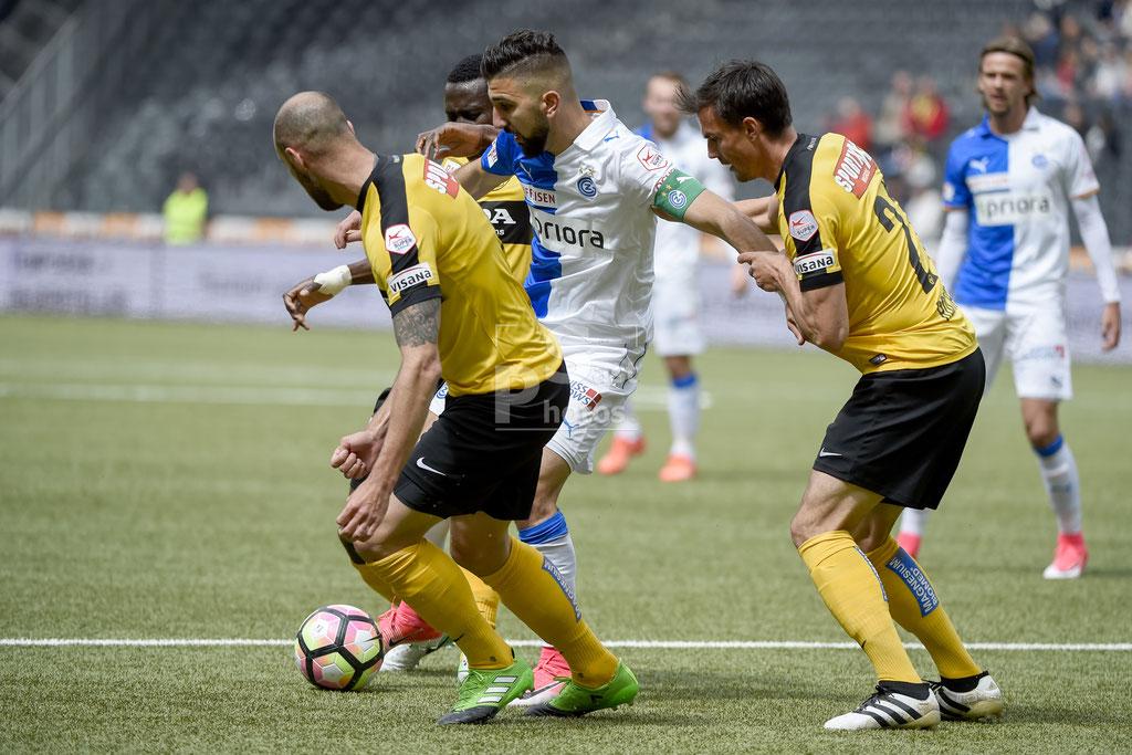 Munas Dabbur (GC) gegen Jan Lecjaks (YB) Sekou Sanogo (YB) und Alain Rochat (YB) sast-photos