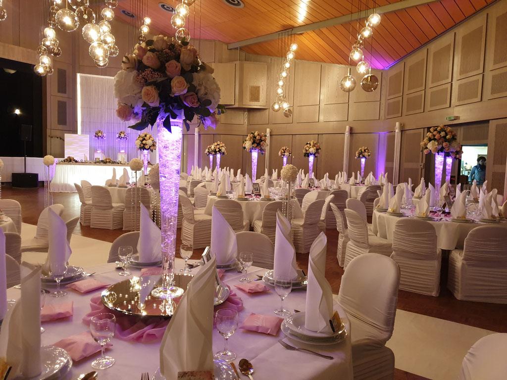 Gästetische hohe Vase mit LED-Beleuchtung Blumenkugel rosa