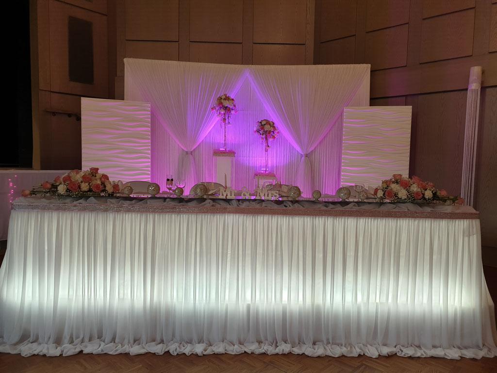 Brautpaartisch-Hintergrund mit 3D Elemente zartes rosa