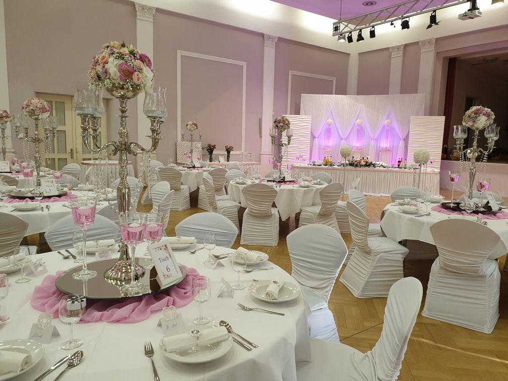 runde Gästetische rosa Kerzenständer