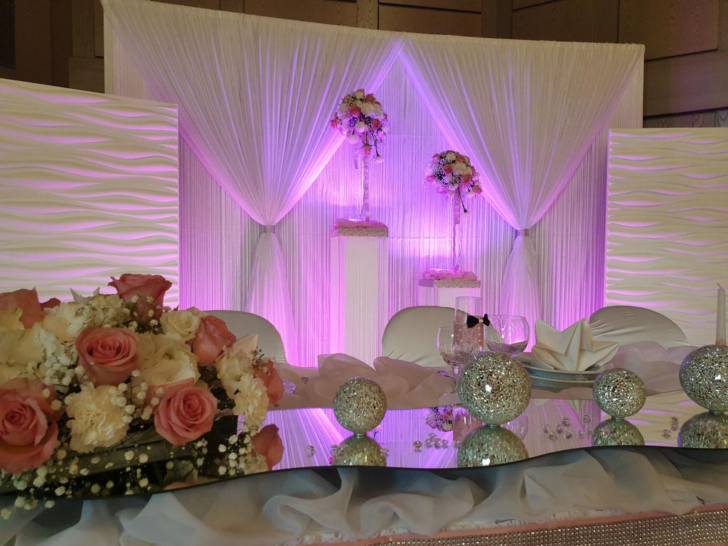 Blumendekoration auf dem Brautpaartisch Hortensien Rosen Blumengesteck
