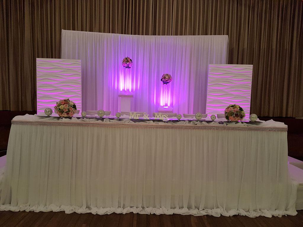 Brautpaartisch-Hintergrund mit 3D Elemente