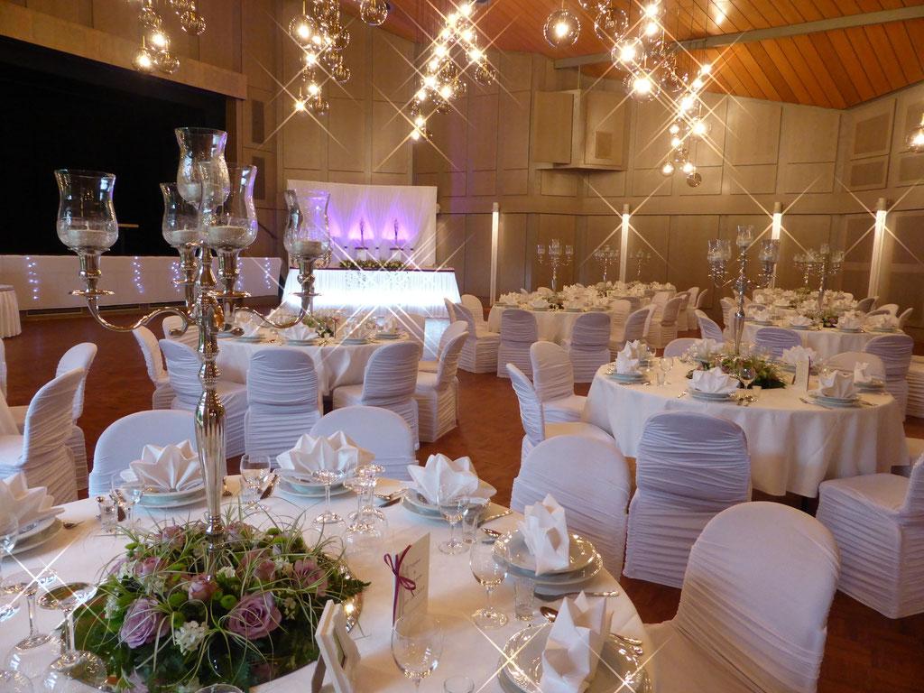 Gästetische Kerzenständer Blumenkranz