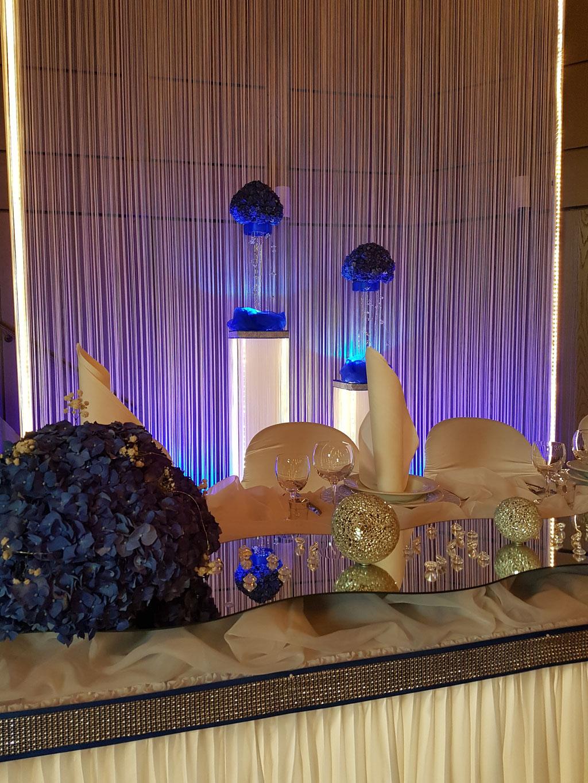 Brautpaartisch blaue Hortensienkugel