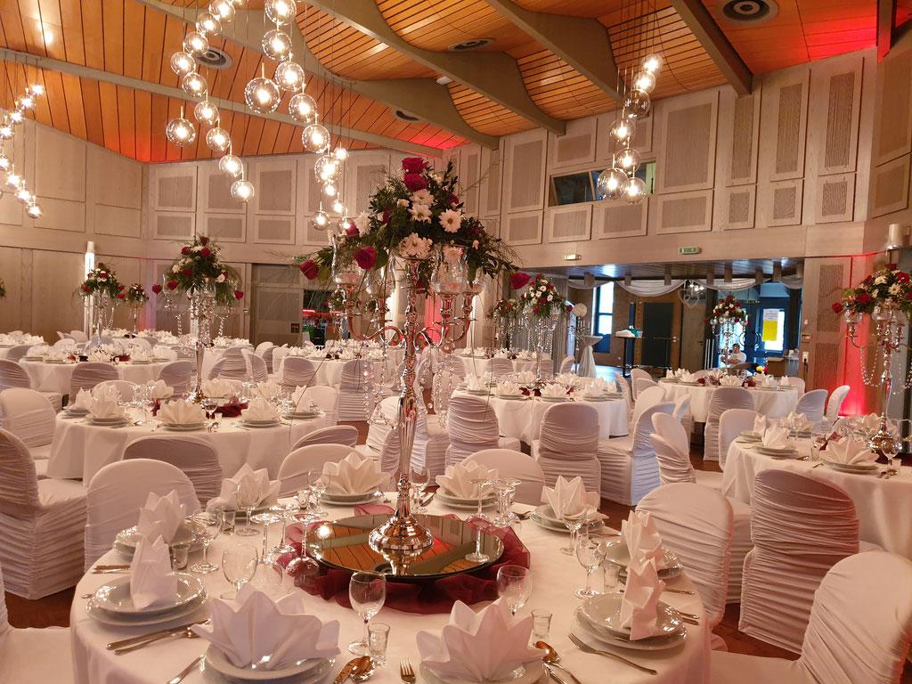 runde Gästetische bordeaux Rosen Kerzenständer