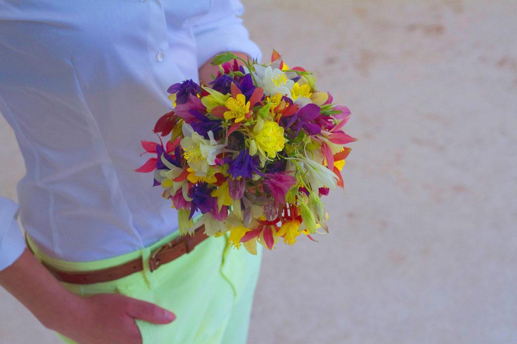Brautstrauss aus knalligen Akaleiblumen  |  190 CHF