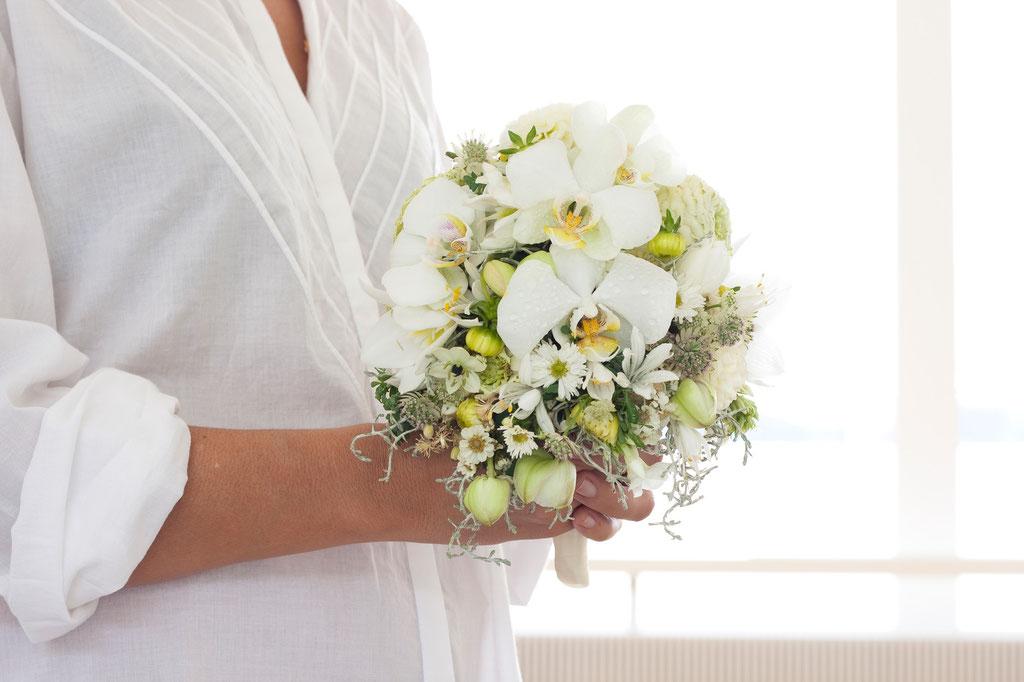 Brautstrauss mit weissen Phalaenopsisorchideeen und gemischten Blüten  |  180 CHF