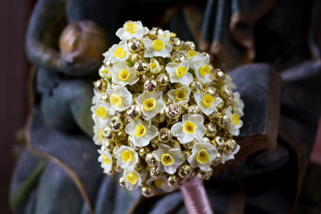 Brautstrauss aus Tazettenblüten und goldenen Hagebutten  |  230 CHF