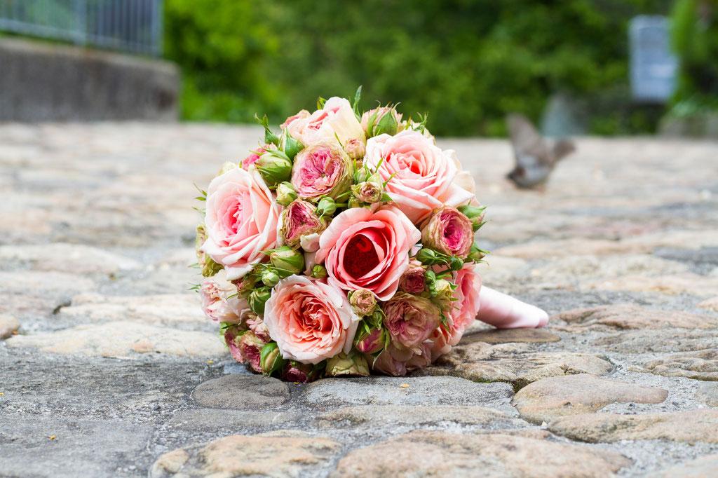 Brautstrauss mit lachsfarbenen Rosen und Zweigrosen  |  180 CHF