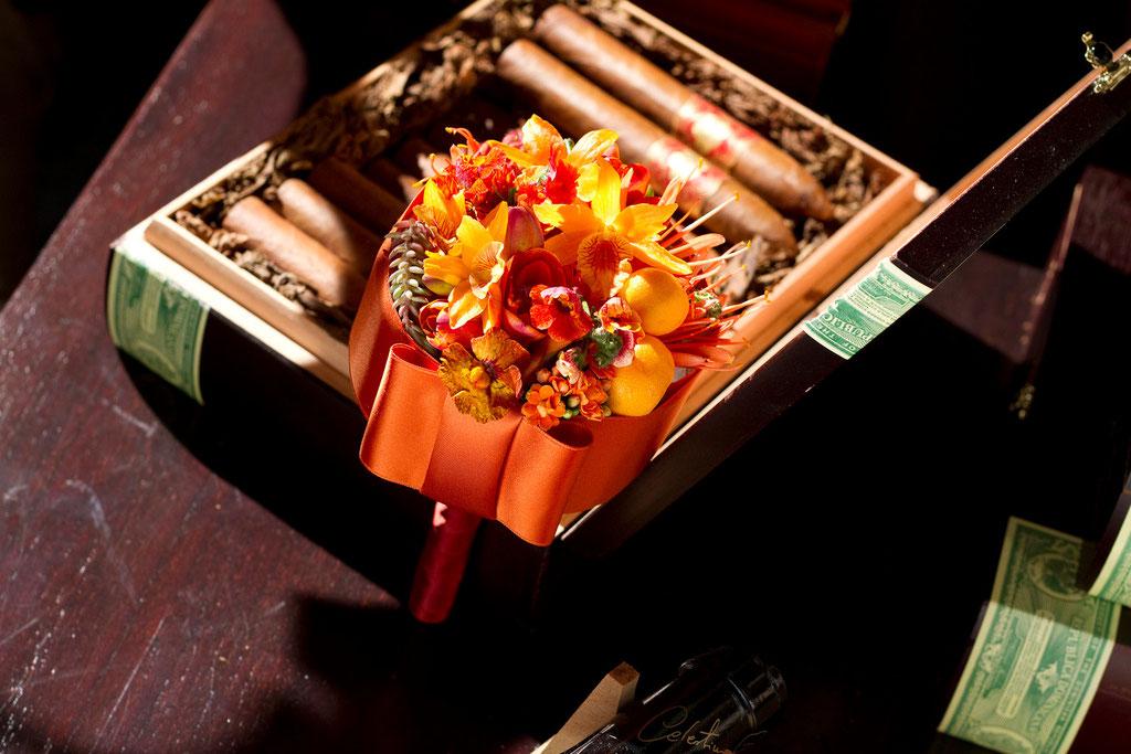 Brautstrauss kanllig orange Blüten mit Chanel-Masche  |  230 CHF