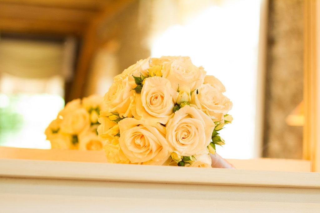 Brautstrauss mit crémefarbenen Rosen  |  145 CHF