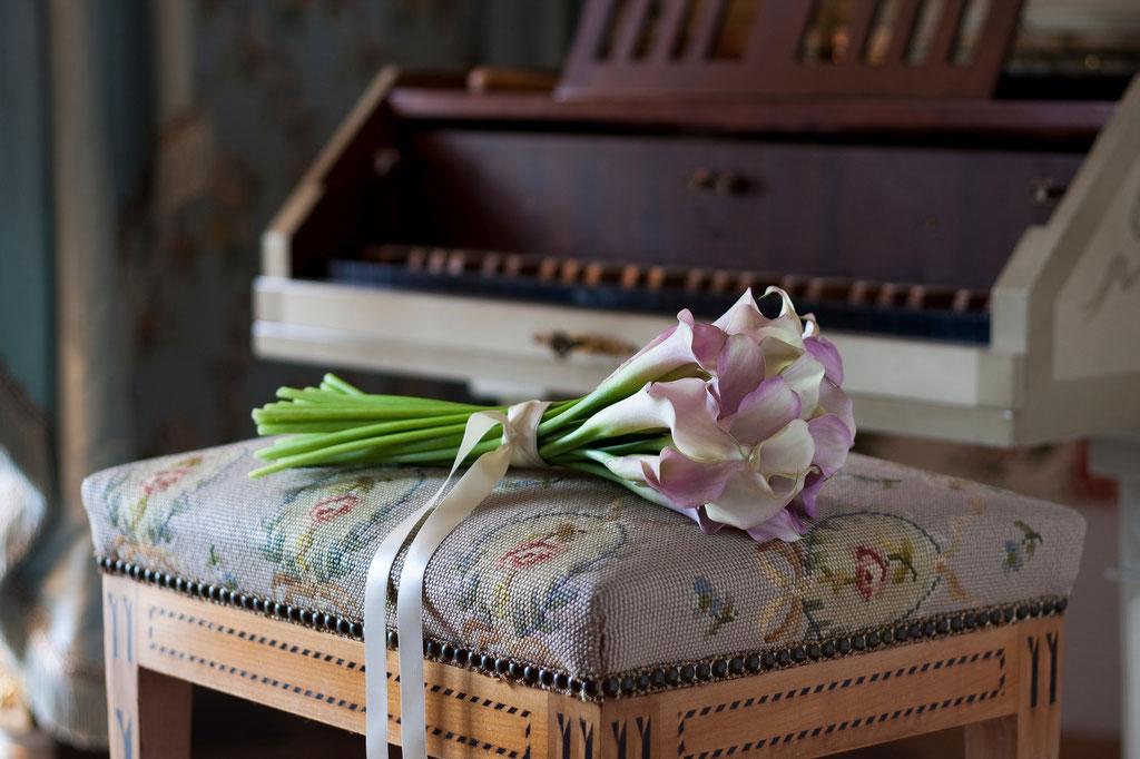 Brautstrauss mit zartrosafarbenen Callas und Satinband  |  165 CHF