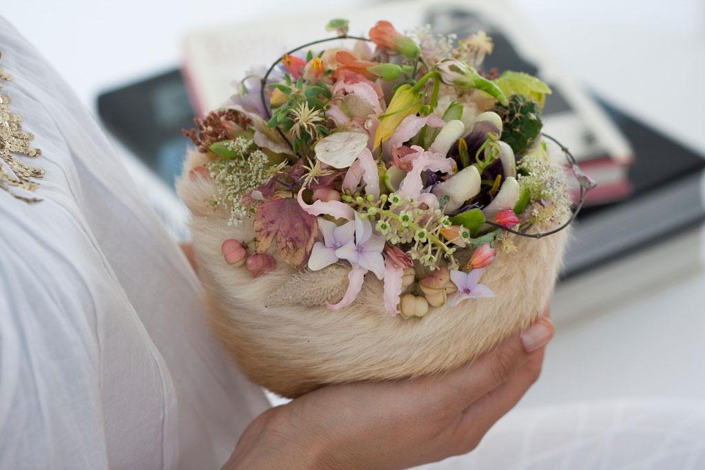 Brautstrauss mit zarten Blüten geschützt in weichem Hasenfell (Herkunft Schweiz)  |  230 CHF