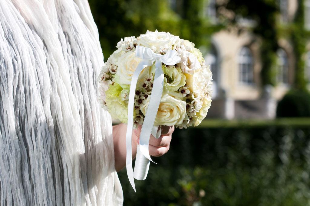 Brautstrauss mit weissen Rosen und Wachsblumen  |  165 CHF