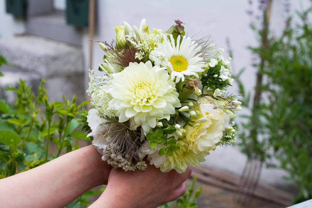 Brautstrauss mit sommerlichen Gartenblumen  |  130 CHF
