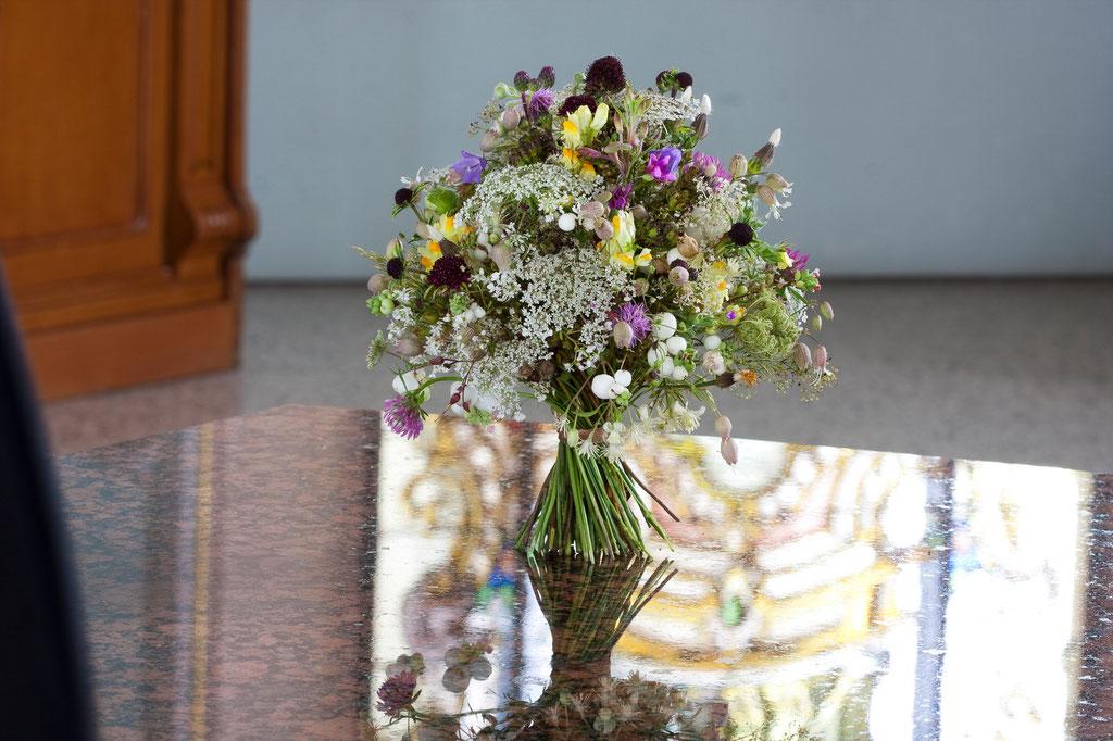 Brautstrauss ganz luftig mit Wiesenblumen  |  145 CHF