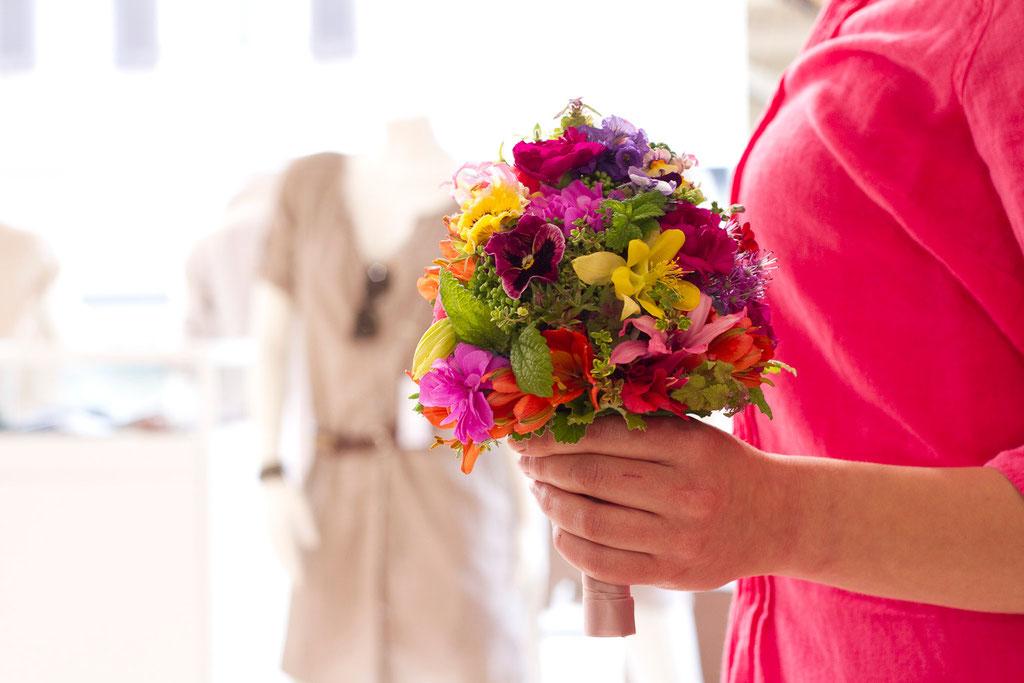 Brautstrauss aus bunten schweizer Gartenblumen  |  165 CHF