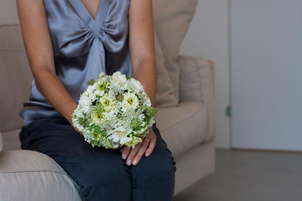 Brautstrauss rundgebunden mit gemischten feinen Sommerblüten in créme  |  140 CHF