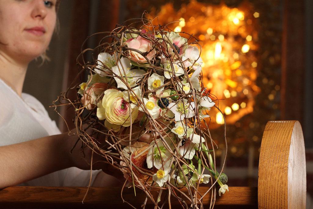 Brautstrauss abfliessend mit Frühlingsblumen in créme und lachs  |  230 CHF