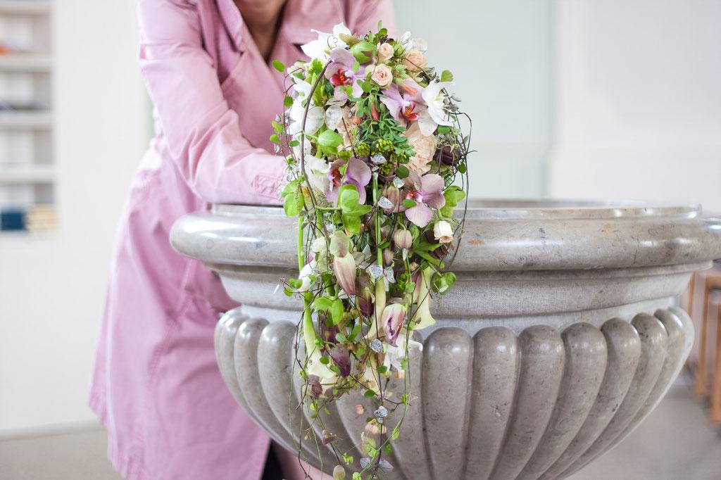 Abfliesender Brautstrauss in rosa  |  260 CHF