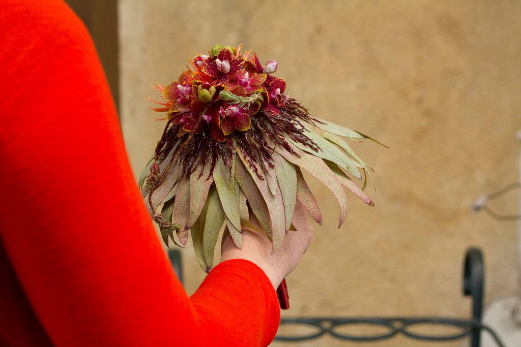 Brautstrauss mit Orchideen und Eukalyptusblätterrand  |  210 CHF