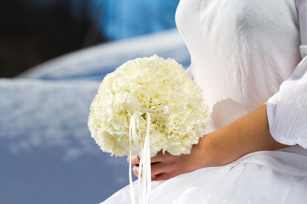 Brautstrauss mit weissen Nelken  |  160 CHF