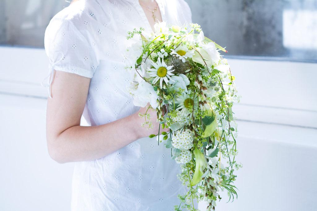 Abfliessender Brautstrauss mit gemischten feinen Sommerblüten in weiss  |  280 CHF