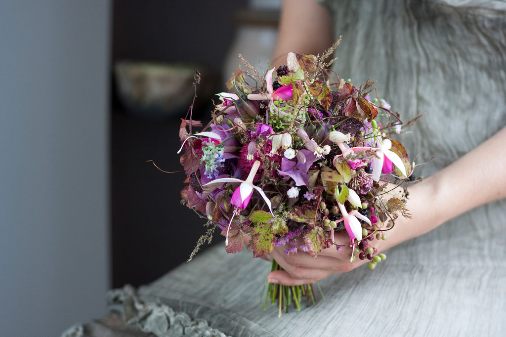 Brautstrauss mit handgebundenen Sommerblumen und Blütenglocken  |  175 CHF