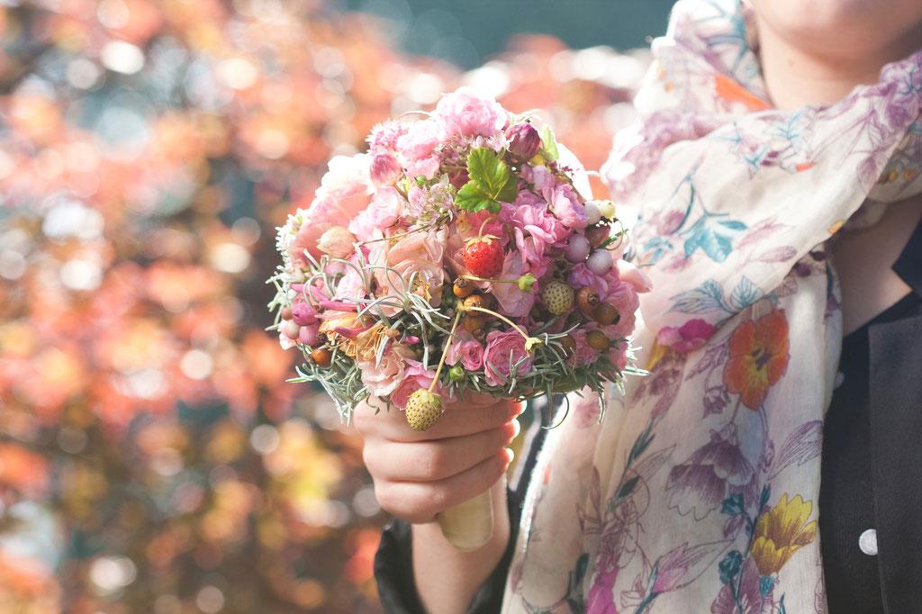 Brautstrauss mit pludrigen Sommerblüten und Früchten  |  170 CHF