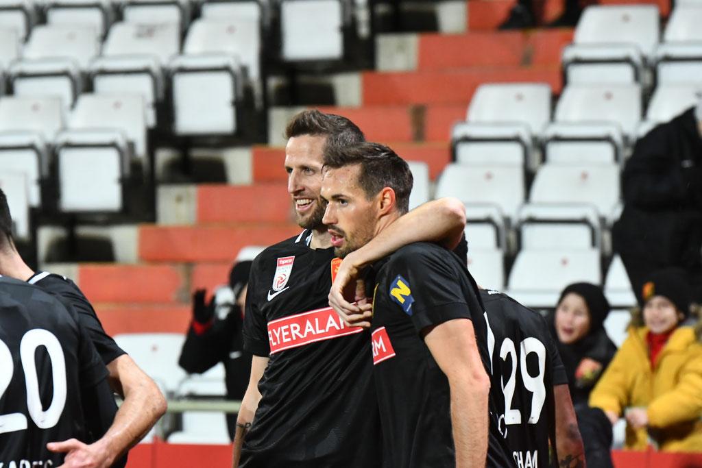 Freudig wurde der Torschütze Markus Lackner nach seinem Treffer kurz vor Spielende gefeiert