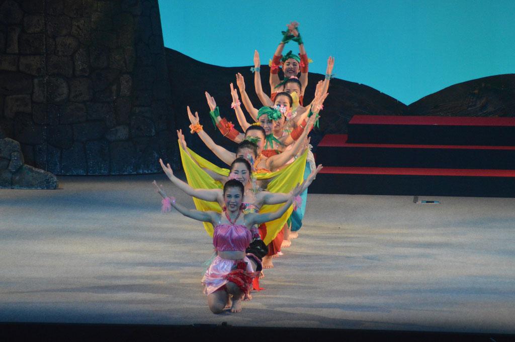 女性アンサンブルの華やかな踊り