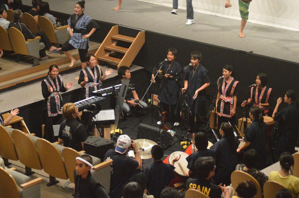 中高生による生演奏の音楽が舞台を盛り上げる